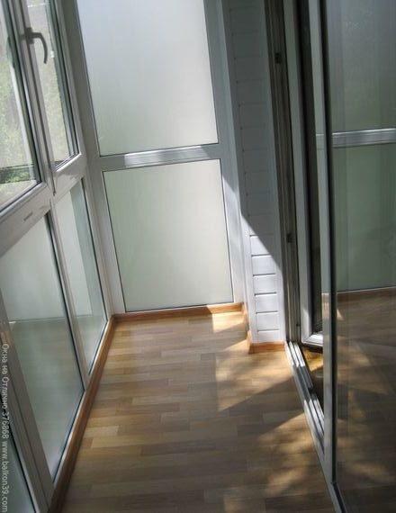 Матовые стеклопакеты на балконе. современный дизайн остеклен.