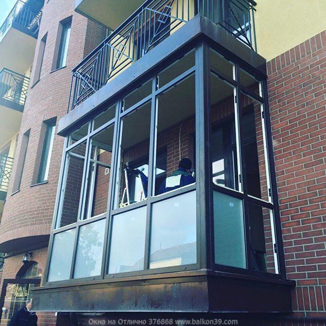 Пластиковый балкон остекление коричневыми рамами посмотреть .